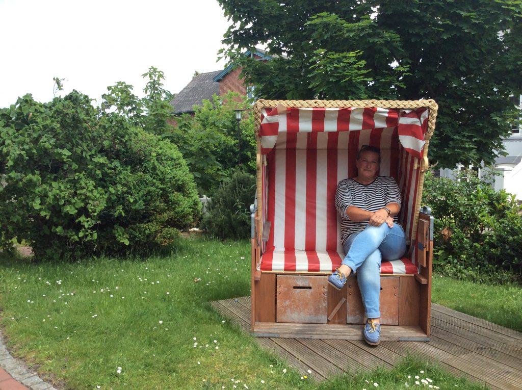 Kerstin Jöns im Garten ihres Hotels Mein Inselhotel auf Amrum