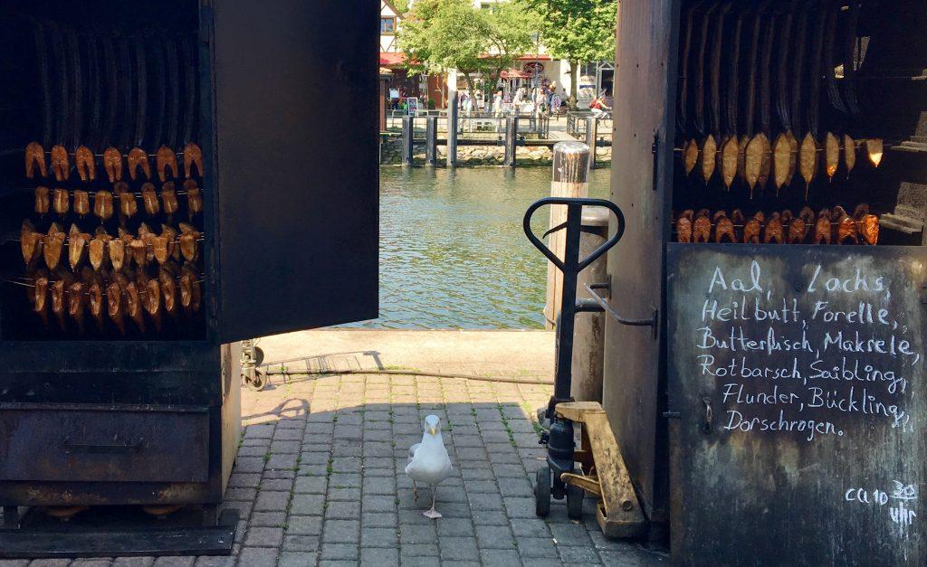 Räucheröfen auf dem Fischmarkt in Warnemünde