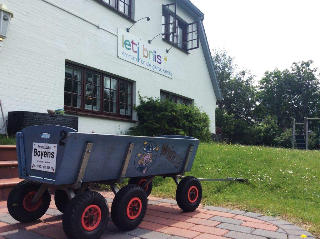 Bollerwagen vor der Hoteltür des Letj Briis