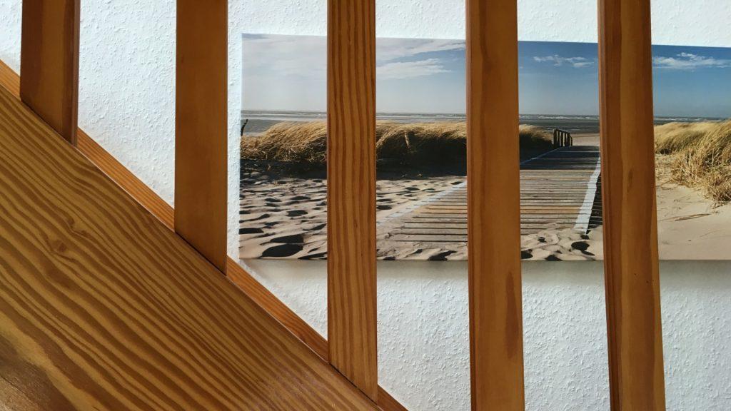 Bilder von Amrum hängen an den Wänden im Letj Briis