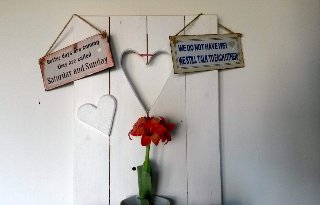 Deko-Schilder im Pharisäerhof in Nordstrand