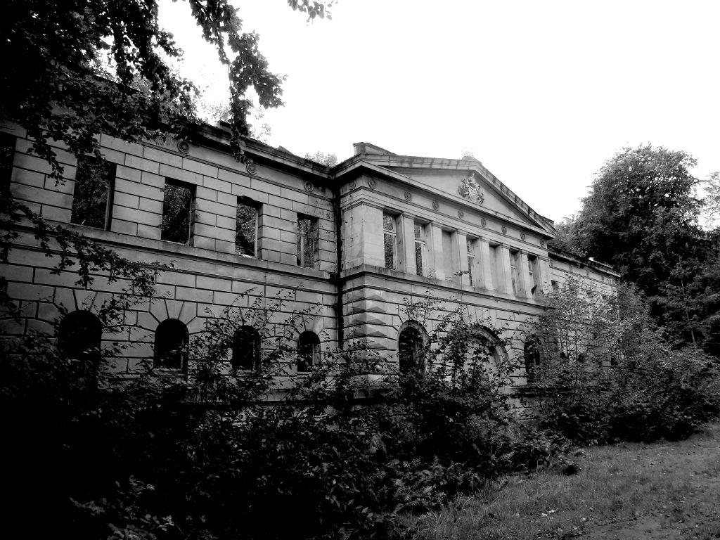 Vom Marstall von Schloss Dwasieden bei Sassnitz auf Rügen steht nur noch die Fassade.