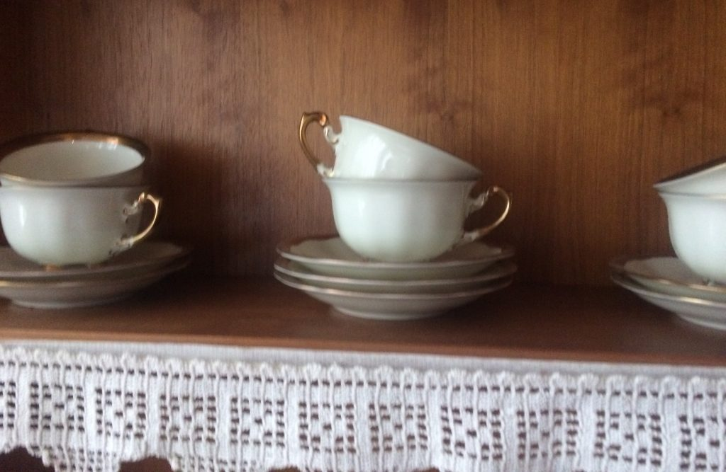 Goldhenkel und Spitzendeckchen – traditionell geht es zu im Café des Pharisäerhofs in Nordstrand