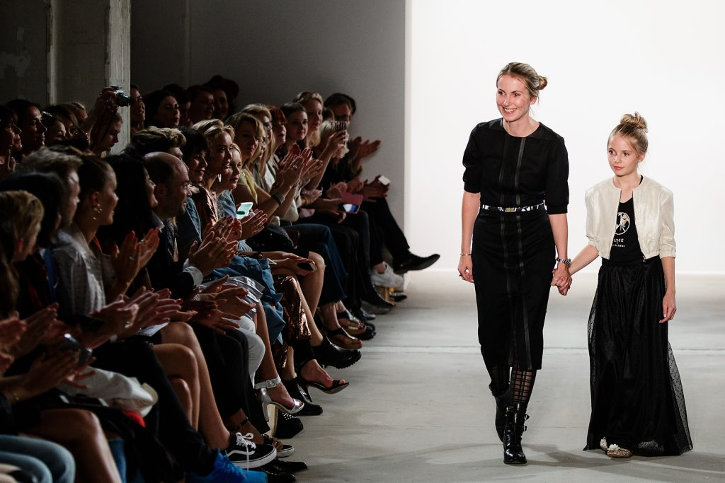 Maisonnoée-Designerin Sophie Oemus mit ihrer Tochter auf der Fashion Week Berlin 2017