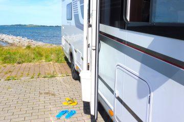 Havaianas vor Wohnmobil im Hafen von Gager auf Rügen