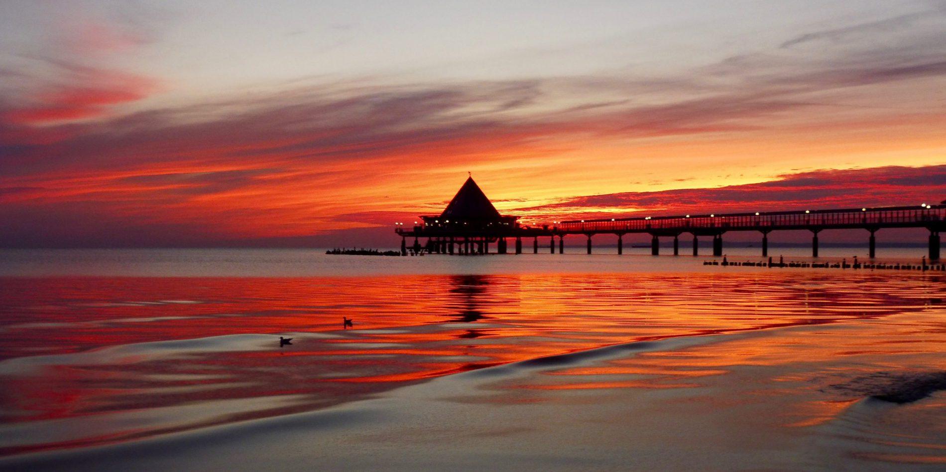 Tipp für Frühaufsteher: Vor Sonnenaufgang an den Strand und der Sonne zuschauen, wie sie am Horizont ihrem Bett entsteigt (hier an der Seebrücke Heringsdorf).