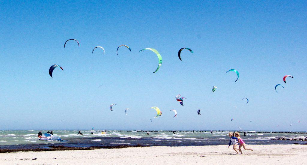 Kitesurfer am Strand am Grünen Brink von Fehmarn