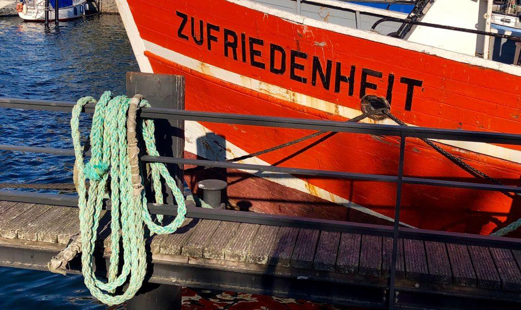 Zufriedenheit in Warnemünde Fischerboot