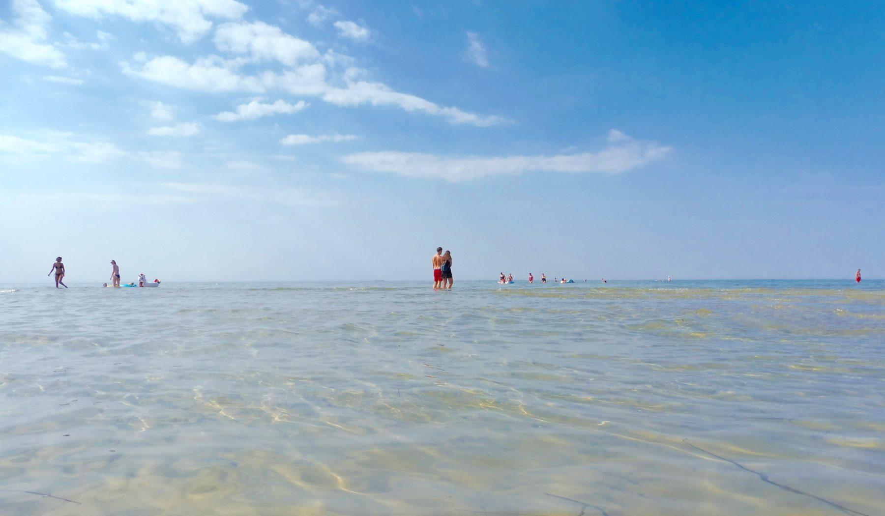 Der Strand von Gollwitz ist ein Paradies für alle, die sich ins Meer legen wollen wie in eine Badewanne. © jes/zweikuesten