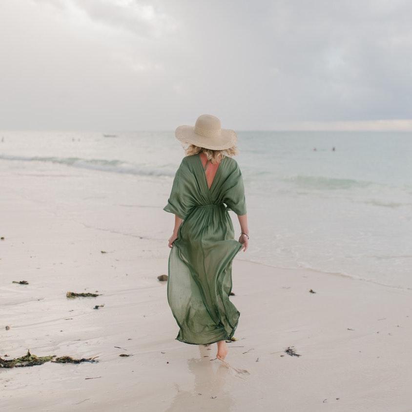 Frau am Strand mit langem Kleid