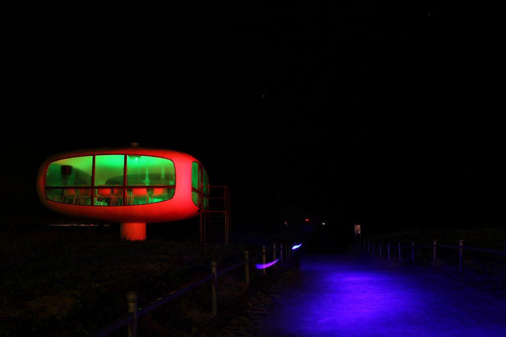 Nachtaufnahme vom Müther Turm in BInz mit Mirko Boy