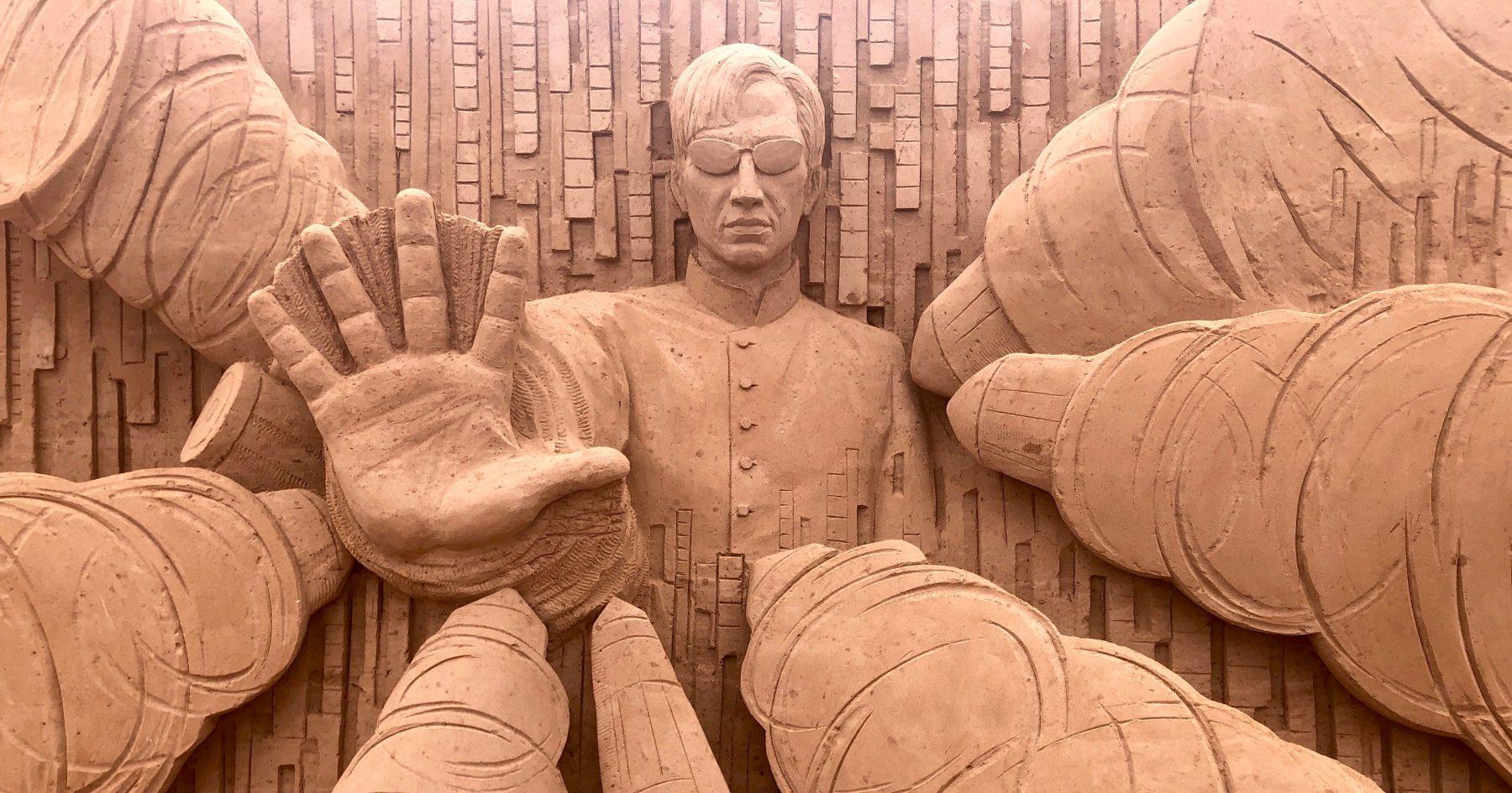 """Keanu Reaves in """"Matrix"""" beim Sandskulpturenfestival in Binz auf Rügen"""