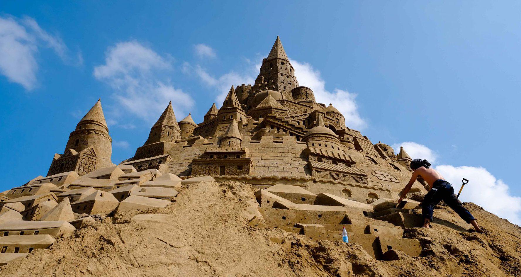 Sandburgenbauer in Binz – hier entsteht gerade die höchste Sandburg der Welt
